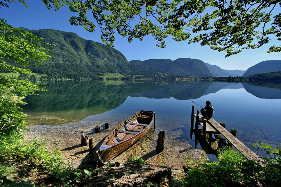 http://www.slovenian-alps.com/en/imagelib/magnify/default/kaj-odkriti/image/vodnik/bohinj-jezero-ribic.jpg